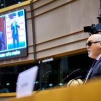 Ομιλία του Ι. Βαρδακαστάνη και η γιγαντοοθόνη με παράλληλη μετάφραση στη νοηματική