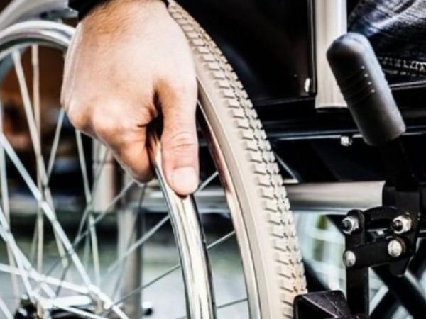 Άνδρας σε αναπηρικό καρότσι