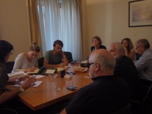 Ο Ιωάννης Βαρδακαστάνης, η διευθύντρια του Ευρωπαϊκού Φόρουμ Ατόμων με Αναπηρία Catherine Naughton κατά τη διάρκεια συνάντησης με φορείς του νησιού