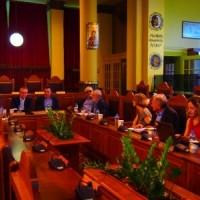 Ο Ιωάννης Βαρδακαστάνης κατά τη διάρκεια συνάντησης με φορείς του νησιού