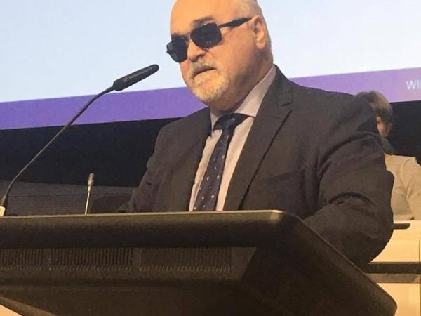 Ο Ι. Βαρδακαστάνης στο βήμα κατά τη διάρκεια της ομιλίας του