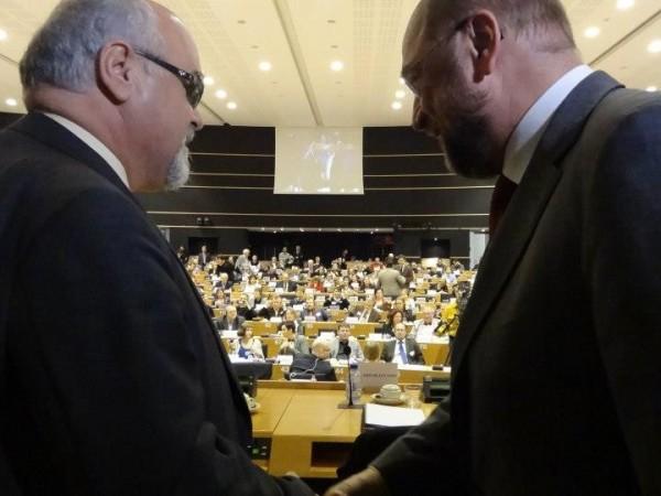 Ο Πρόεδρος του Ευρωπαϊκού Κοινοβουλίου Martin Schulz και ο πρόεδρος της ΕΣΑμεΑ και του EDF (European Disability Forum) Ιωάννης Βαρδακαστάνης