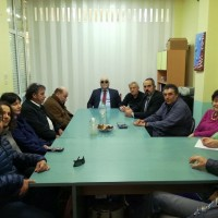 Ο Ι.  Βαρδακαστάνης με τον κ. Ζουμπουλίδη, τον Ι. Λυμβαίο και μέλη του Συλλόγου σε συνάντηση στα γραφεία του συλλόγου