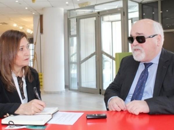 """Ο Ι. Βαρδακαστάνης με τη δημοσιογράφο της """"Ε"""" Λένα Κισσάβου"""