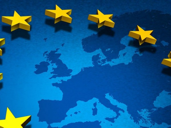 Μπλε χάρτης της Ευρώπης με τα αστέρια της ΕΕ