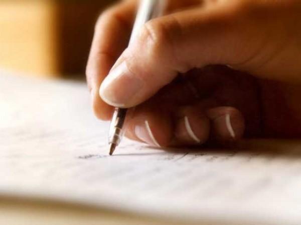 Ένα χέρι γράφει επιστολή