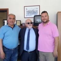 Ο Ι. Βαρδακαστάνης με τον Πρόεδρο του Εργατικού Κέντρου Βόλου, Αθ. Παπαδημόπουλο και το γραμματέα του Εργατικού Κέντρου Βόλου, Δημ. Βασιλείου
