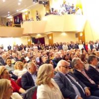 Ο Ι. Βαρδακαστάνης στην κατάμεστη αίθουσα του Δημοτικού Ωδείου Λάρισας κατά τη διάρκεια της εκδήλωσης