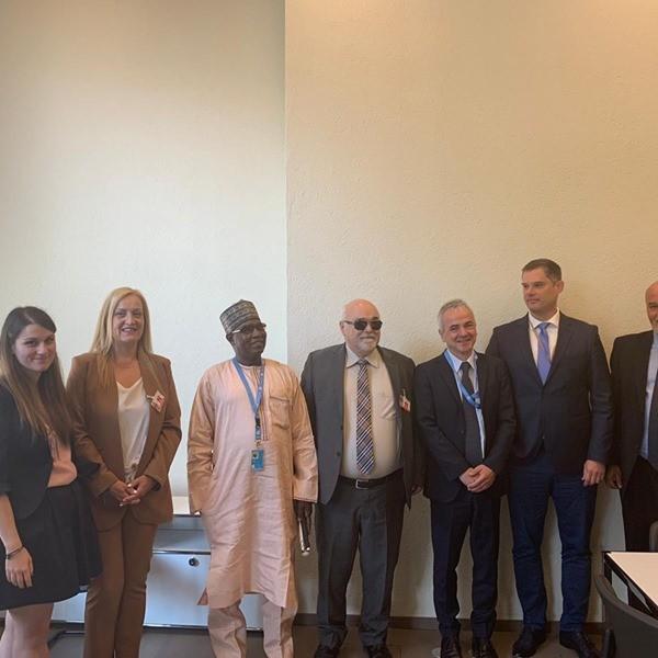 Ο Ι. Βαρδακαστάνης με την αντιπροσωπία της ΕΣΑμεΑ και τα μέλη της επιτροπής