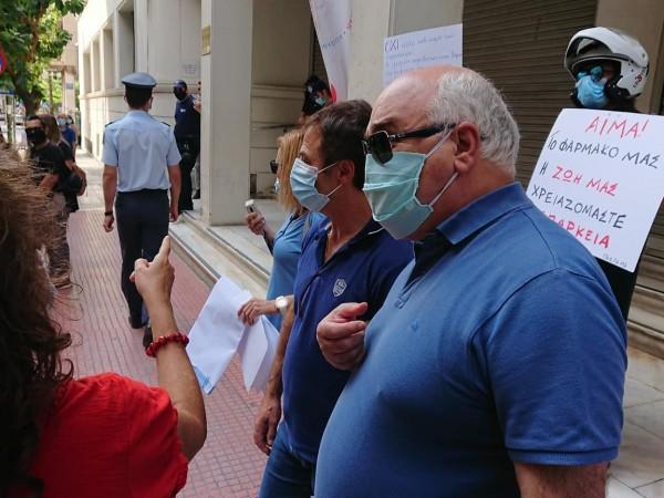 Ο Ι. Βαρδακαστάνης έξω από το Υπουργείο Υγείας