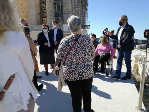 Στιγμιότυπο από την επίσκεψη στελεχών της ΕΣΑμεΑ στην Ακρόπολη με την Υπουργό Πολιτισμού Λίνα Μενδώνη